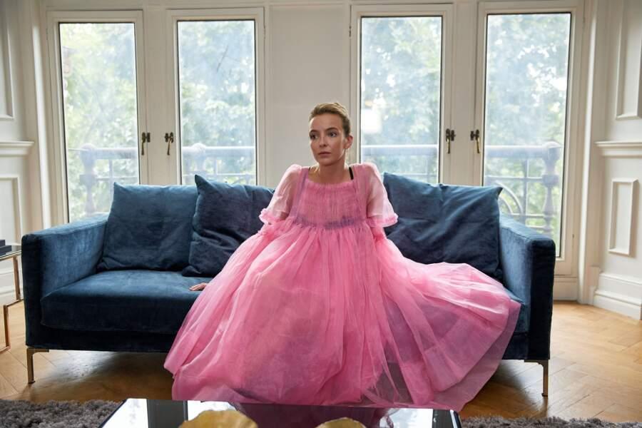 Ou au contraire cette robe de princesse rose qu'elle porte avec une expression nonchalante !