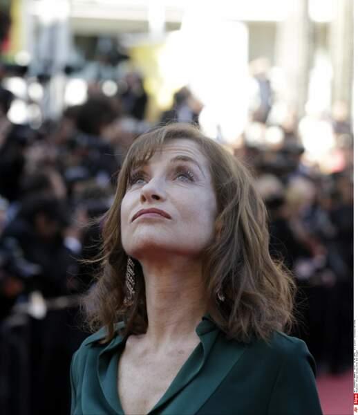 Inquiète, Isabelle Huppert surveille la météo. Non pas de pluie à l'horizon, ça va...