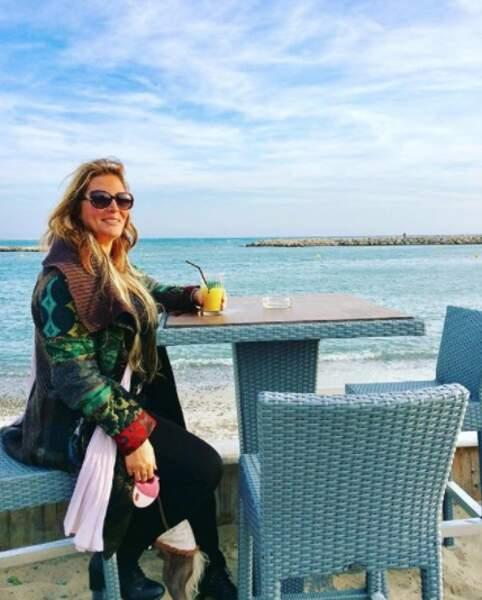 Face à la mer, Loana a bu un jus d'orange.
