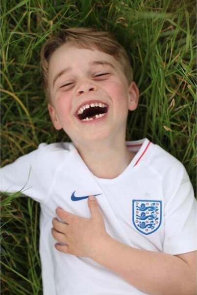 Pour ses 6 ans, Kensington a relayé cette photo de George hilare avec un maillot de l'Angleterre