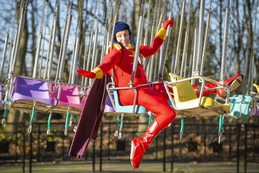 Elle retombe quelque peu en enfance et enfile un costume de superhéros pour l'occasion !