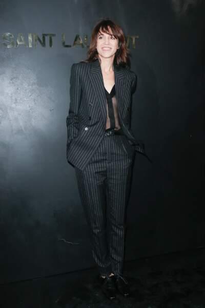 Charlotte Gainsbourg portait un costume noir à fines rayures grises