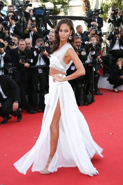 Kendall Jenner sublime avec cette robe blanche lors de la montée des marches du film Youth