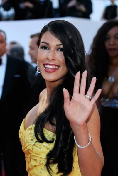 Voici la charmante Ayem Nour, rayonnante dans une sculpturale robe jaune