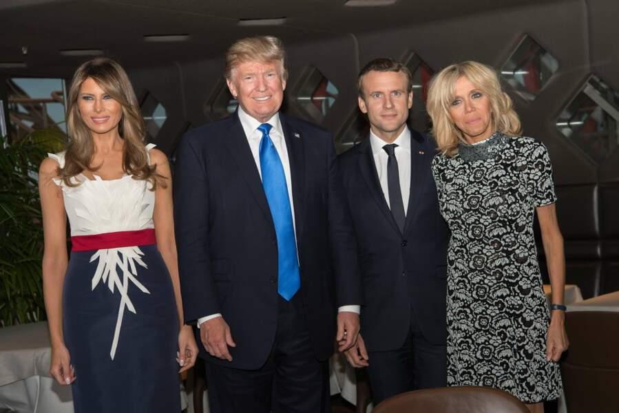De retour sur la terre ferme, Brigitte et Melania ont retrouvé leurs époux pour dîner à la tour Eiffel