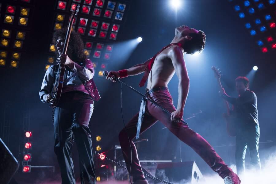 Le film revient sur l'énorme qualité scénique de Freddie Mercury...