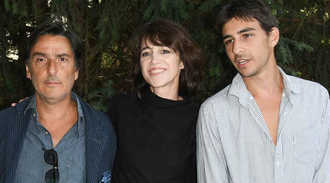 Le couple a aussi posé avec leur fils aîné Ben Attal, qui joue dans le film