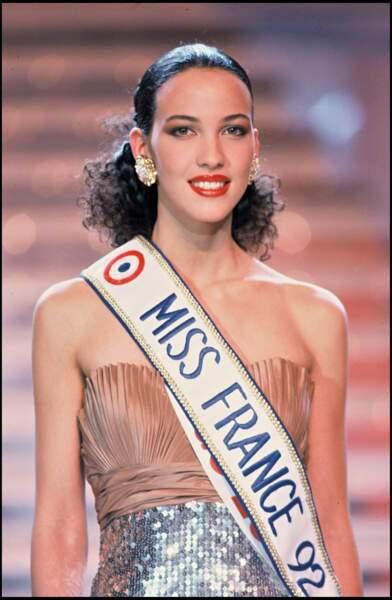 En 1992, Linda Hardy est propulsée sur le devant de la scène en devenant Miss France