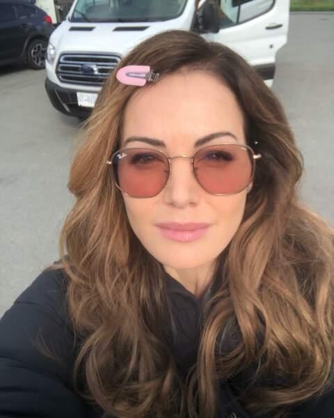 Entre deux scènes, Erica Durance s'accorde une petite pause selfie