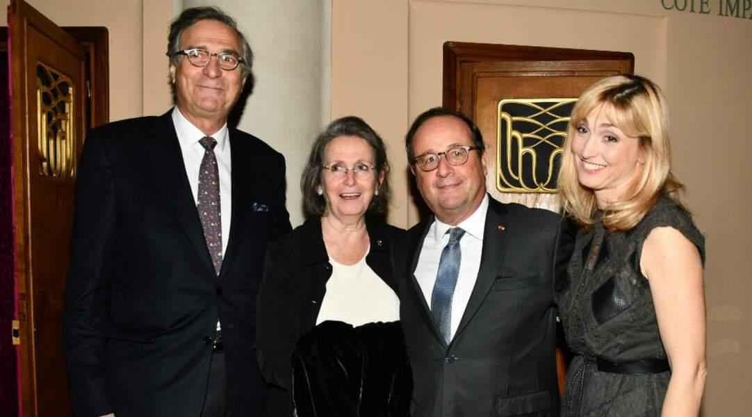 François Hollande tout sourire avec Julie Gayet et les parents de cette dernière