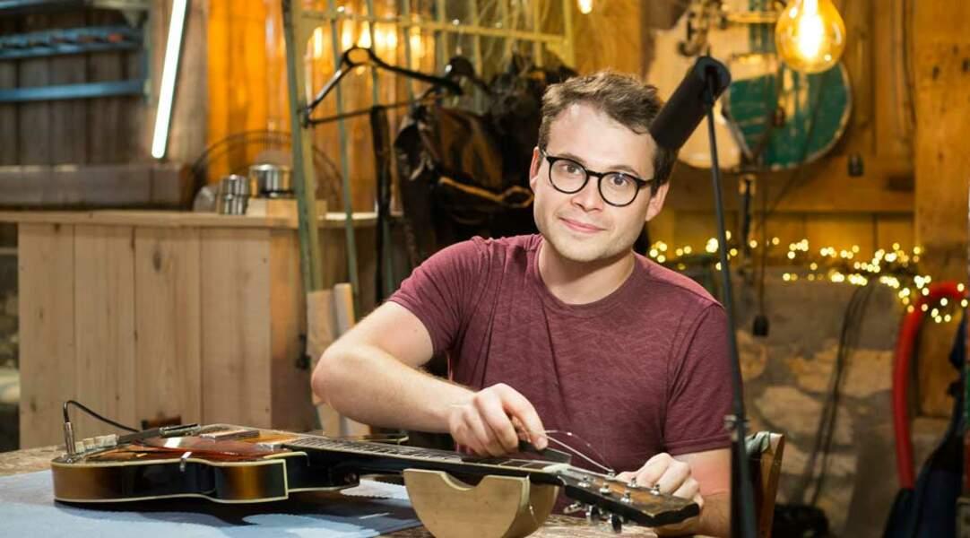 Tom est luthier dans l'âme… et un professionnel reconnu puisqu'il a même créé des guitares pour Lionel Richie ou Eddy Mitchell…
