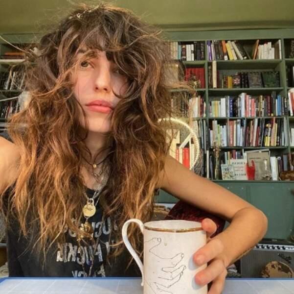 Lou Doillon maîtrise à la perfection le style coiffé-décoiffé.