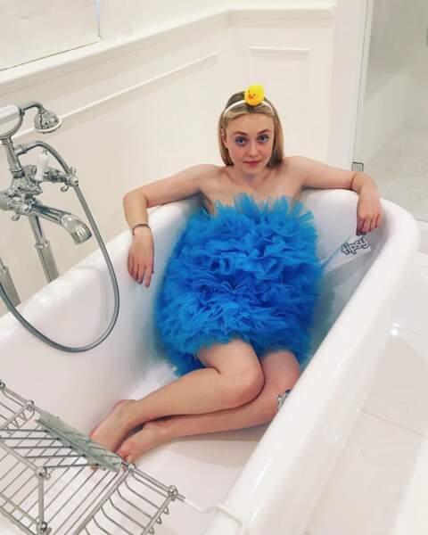 Dakota Fanning déguisée en fleur de bain. Original !