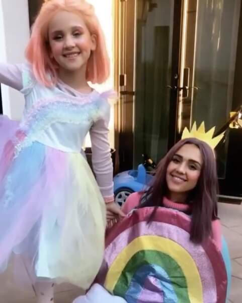 Jessica Alba déguisée en arc-en-ciel aux côtés de sa fille