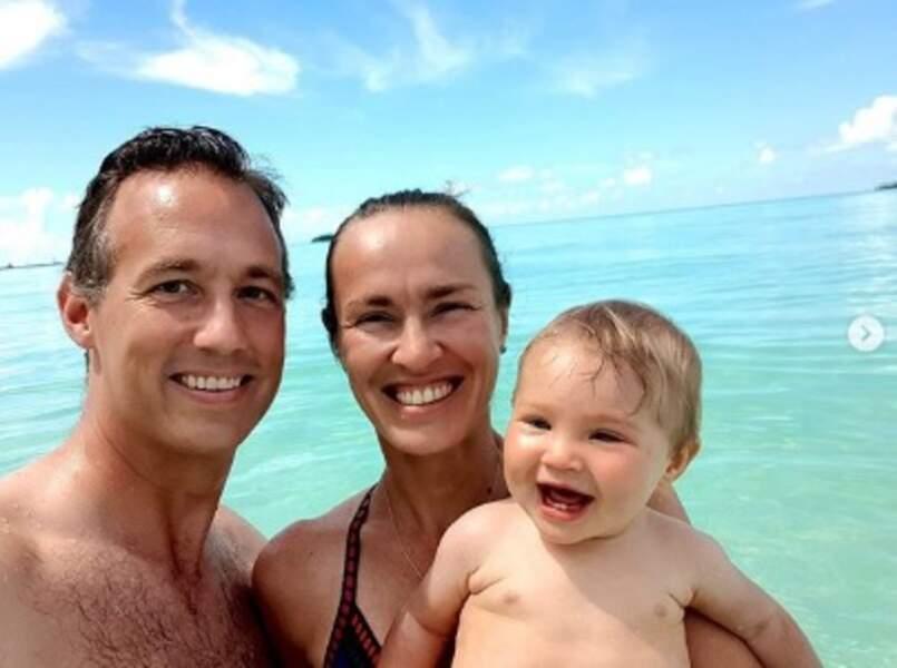 On commence par les premières vacances de Lia, la fille de Martina Hingins, aux Maldives.