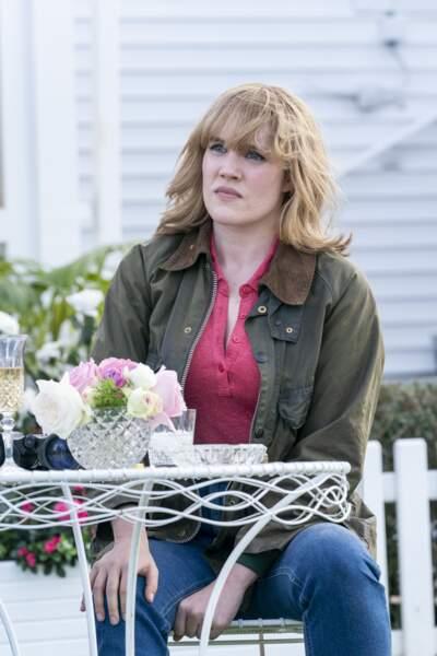 La série met en scène sa rencontre avec Camilla, étudiante elle aussi, incarnée par Emerald Fennell