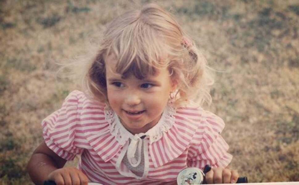 Qui est cette adorable blondinette ?
