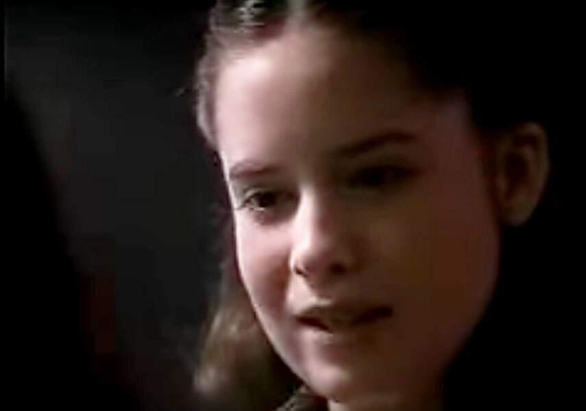 Voici Holly Marie Combs en 1989 dans le film Né un 4 juillet. Elle donnait la réplique à Tom Cruise