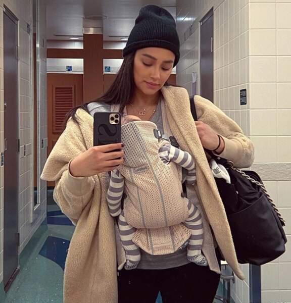 Depuis qu'elle est maman, Shay Mitchell voyage léger (ou pas).