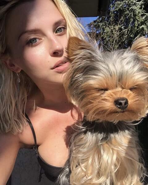 Kelly Vedovelli adore aussi les animaux. Son chien Rosie pose régulièrement avec elle.