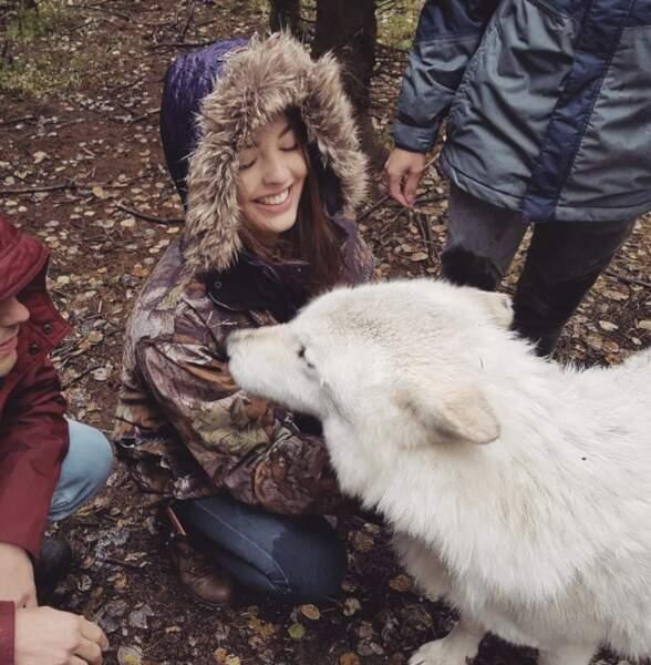 La Miss a l'air de beaucoup aimer les animaux