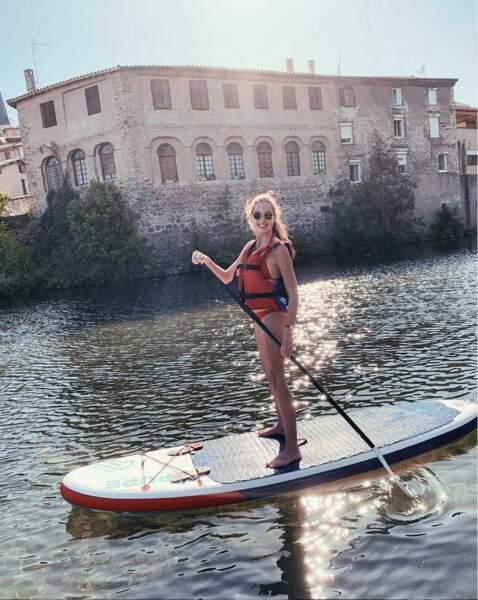Très sportive, elle aime pratiquer le paddle