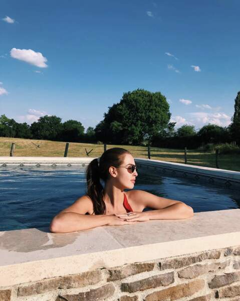 Elle apprécie les moments de détente à la piscine