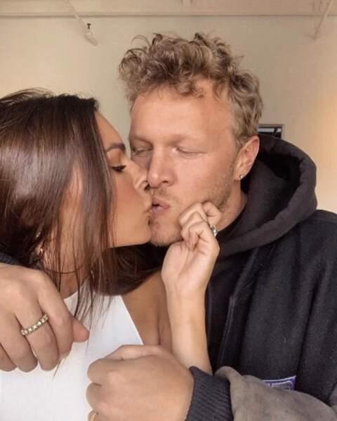 Emily Ratajkowski et son mari Sebastian se sont fait un gros poutou.