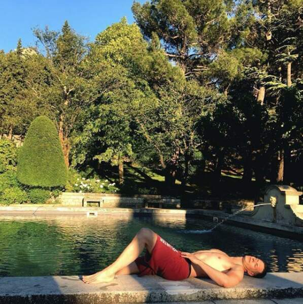 ... pour se délasser au bord d'une piscine...