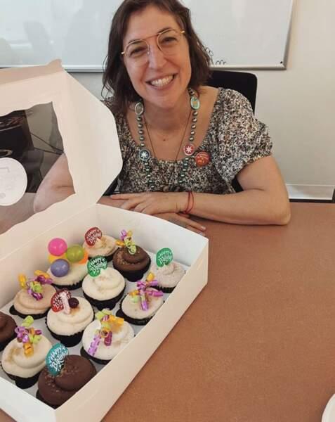 Et voici Mayim Bialik, 44 ans et toutes ses dents pour dévorer ces cupcakes vegan.