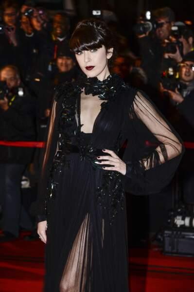 Elle peut aussi montrer son côté sombre : gothique aux NRJ Music Awards de 2013…