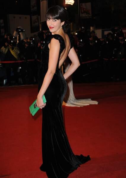 Le noir lui va si bien, cette fois en robe glamour sur le tapis rouge de Cannes (2012)