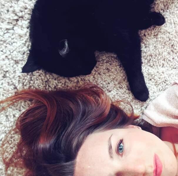 Son chat noir remporte cependant les faveurs de la jolie rousse.