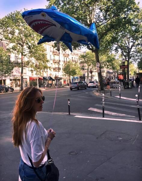 Elle adore passer du temps à flâner dans les rues de Paris...