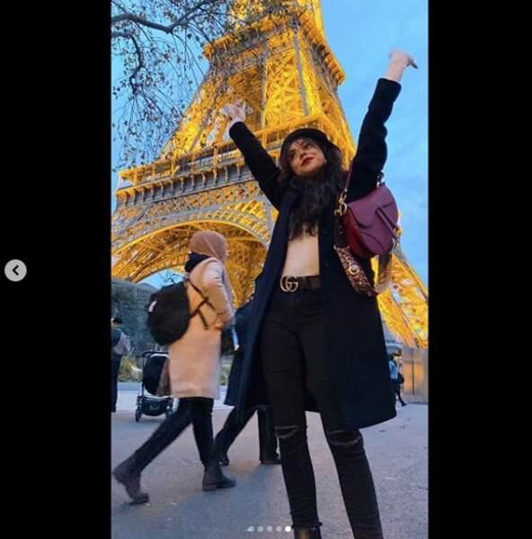 Quand elle ne tourne pas, Sarah Hyland en profite pour voyager… Comme ici à Paris !