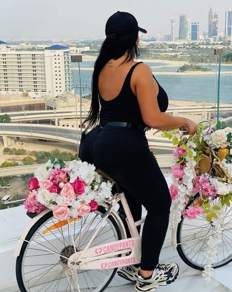Sarah Fraisou se la joue flower power à DubaÏ