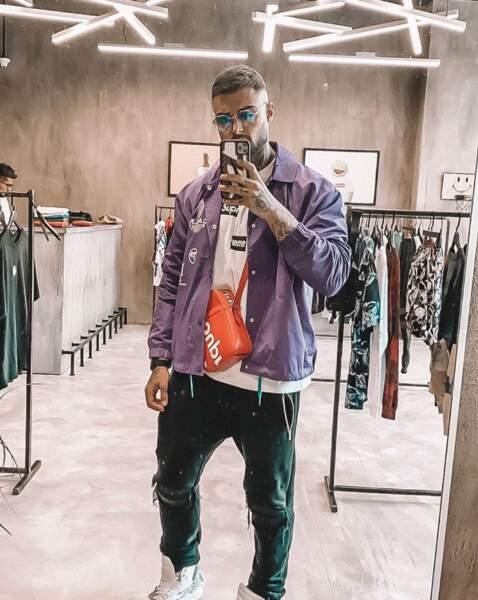 Le jeune homme est un fashionista