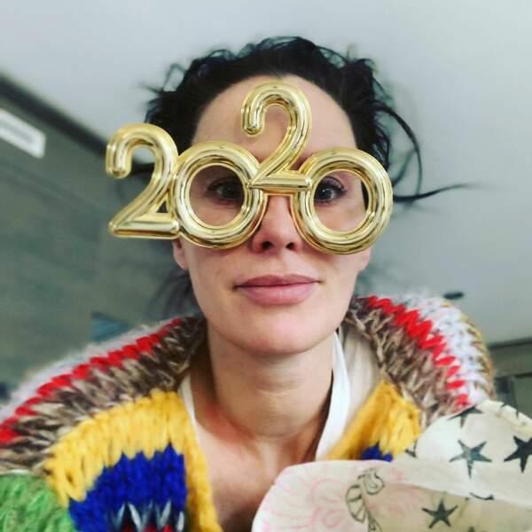 """Avec ses belles lunettes, Lena Headey vous souhaite """"de la paix et de la santé mentale en abondance"""""""