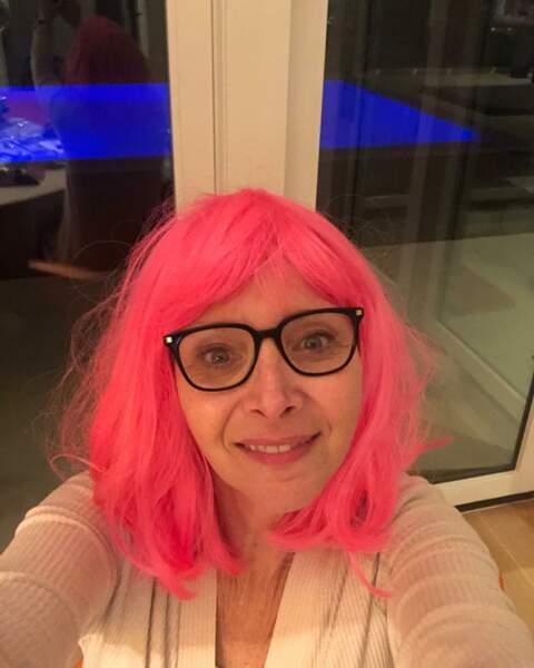 Sous sa perruque rose, Lisa Kudrow vous souhaite une belle année