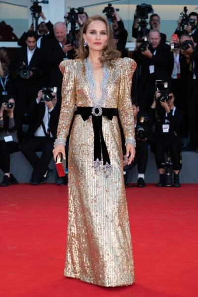 Pas simple de porter une telle robe avec autant d'élégance : Natalie remporte pourtant le défi haut la main !
