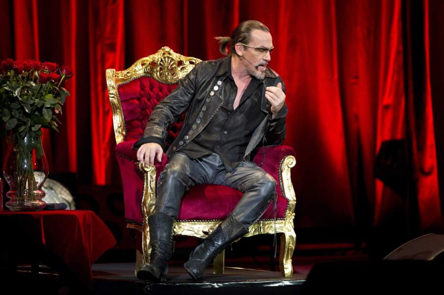 2011. Tel un mousquetaire, il se produit sur la scène du Palais Nikaïa pour un récital acoustique.