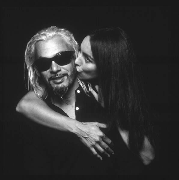 """2003. Florent Pagny, en dreadlocks blond décoloré, pose avec sa femme Azucena pour une campagne de pub, l'année de sa """"Liberté de penser""""."""