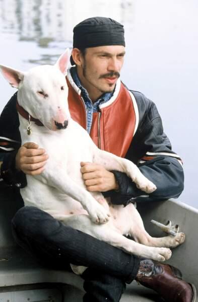 1993, il sort d'une période noire : le fisc, la fin de son histoire d'amour avec Vanessa... Son fidèle Bull-Terrier, Ganja, l'aide à repartir de l'avant.
