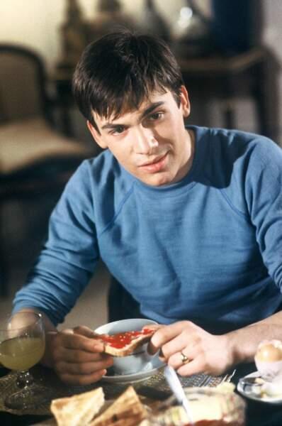 """1981. Florent a 20 ans quand il débute comme acteur dans la série """"Marion"""". Ses délires capillaire ne se fait pas encore sentir."""