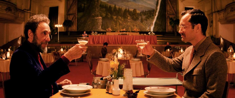 Santé ! Le voici à droite dans le film The Grand Budapest Hotel en 2014