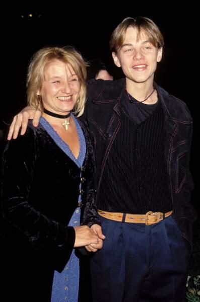 """Très proche de sa mère, Leonardo est souvent accompagné d'Irmelin, comme ici lors de l'avant première du film """"Gilbert Grape"""" à Los Angeles"""