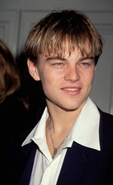 """Il présente également le film """"Blessures secrètes"""" où il donne la réplique à Robert de Niro : les cheveux sont toujours longs mais Leonardo a troqué le pull contre une chemise !"""