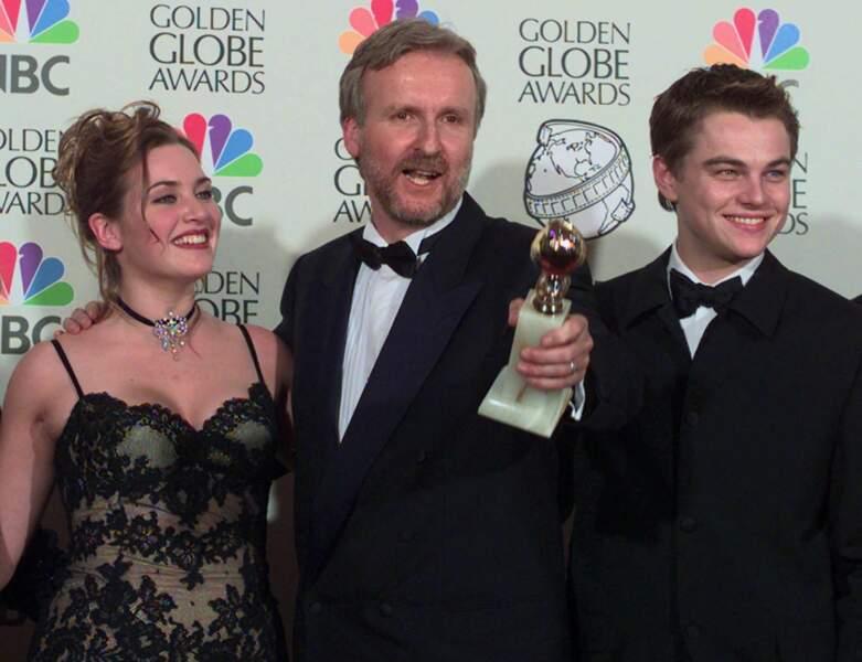 Parmi les nombreuses récompenses obtenues, le film remporte celle du Meilleur film dramatique aux Golden Globes : à 24 ans, Leonardo savoure ce prix en compagnie du réalisateur James Cameron et de sa partenaire à l'écran, Kate Winslet