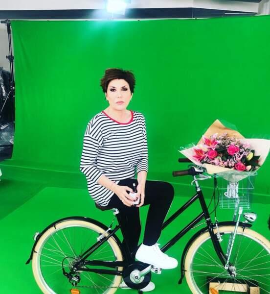 Liane Foly en bicyclette. Quelque chose se prépare...