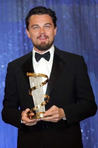 En fin d'année, la barbe se fait plus fournie et le cheveu plus sombre. Mais surtout le comédien remporte un nouveau prix ! Il reçoit des mains de son réalisateur fétiche Martin Scorsese le prix « Golden Star Award » pour l'ensemble de sa carrière